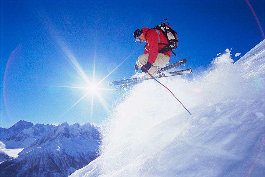 La question de la semaine : dois-je souscrire une assurance complémentaire si je pars skier à l'étranger ?